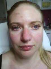 Hier wurden zusätzlich untere Wimpern und Augenbrauen gefärbt, um den Gesichtsausdruck zu verstärken